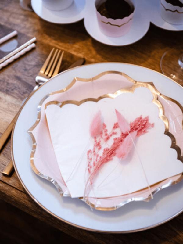Serviettes blanc et liseré or décoration fete bapteme
