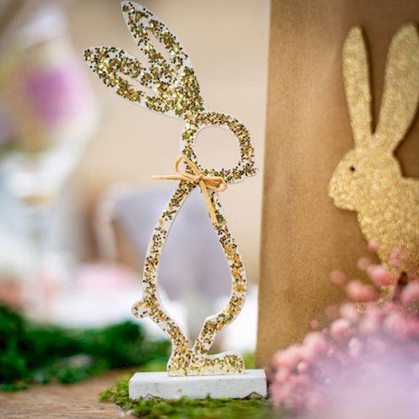 lapin sur socle bois blanc paillettes or décoration de table pâques