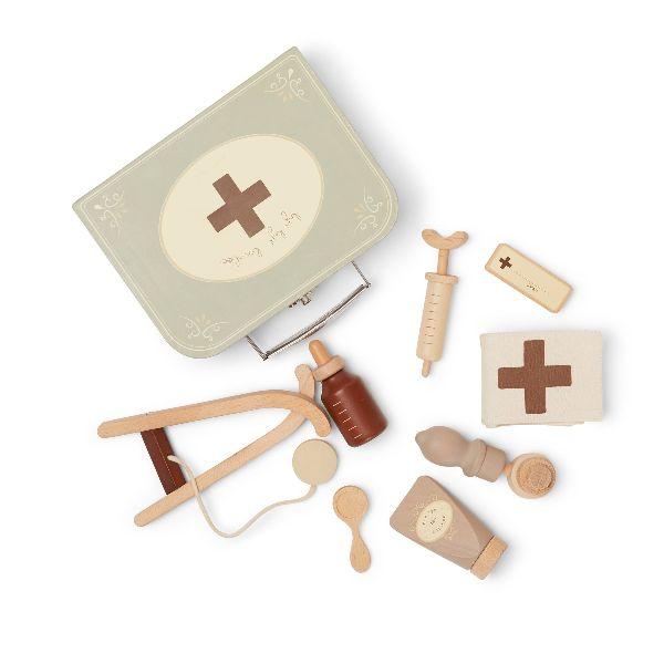 Contient: tube de baume de crème boo-boo, un stéthoscope, une seringue, des gouttes de médicaments, une cuillère, un otoscope, un bandage une étiquette de nom du médecin avec des aimants et une valise